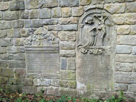 Interessante Gedenkstein an der Mauer der Bastion