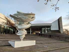 Wirbelsturm vor dem Museum