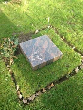 Grabplatte mit Friedenstaube