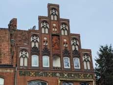 Terrakotta-Relief am Anbau