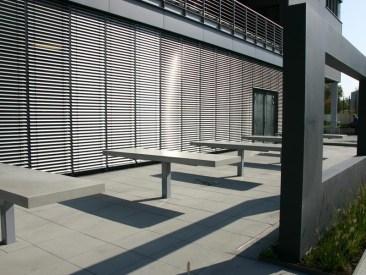 Die nach unseren Entwürfen gefertigten Tische mit Sichtbetonoberflächen laden bereits zum Platznehmen ein.