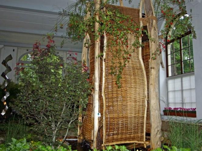 Einen ganz anderen Stil verkörpert dieses Wasserspiel aus Robinienholz und Korb.