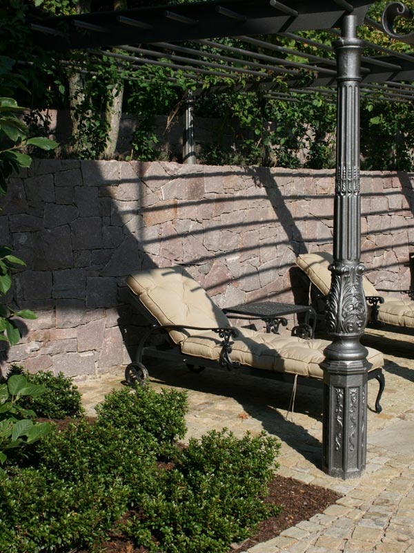 Der Liegeplatz ist besonders gut geplant, da der Rücken nach der Feng Shui Lehre gut geschützt ist durch die stattliche Natursteinmauer. Zudem speichert der rötliche Mittweidaer Granit die Sonnenwärme ab, sodass der Liegeplatz bis in die Abendstunden angenehm warm ist.
