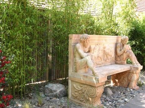Dieser Garten ist wirklich etwas ganz Besonderes! Immer wieder muss der Besucher verweilen, um die Kunstwerke zu betrachten.