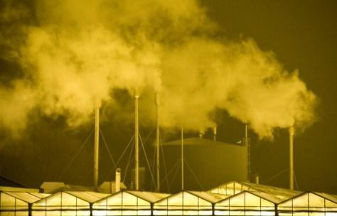 Stompwijk. Lichtvervuiling bij kassen in de avond. Rookgassen condenseren in de koude winterlucht. Nikon D3 • ISO 3200 • f/5.6 • 1/25 @ 150mm. © Fotografie George Burggraaff.