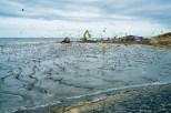 Het opspuiten van het strand naast de Pettemer zeewering
