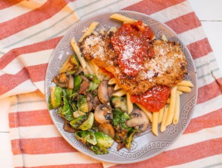 This delicious baked chicken parmesan is not only delicious, but also gluten free! | read more at happilythehicks.com