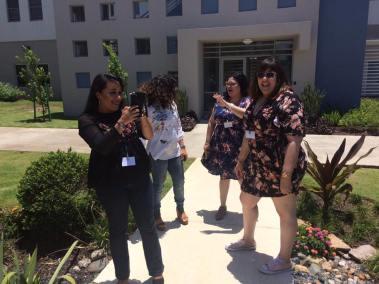Participantes en receso tomando videos y fotos