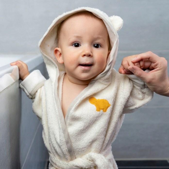 Warm eingepackt: Mit süßen Bademänteln wie diesem Modell von Fehn aus der Natur-Linie kein Problem!
