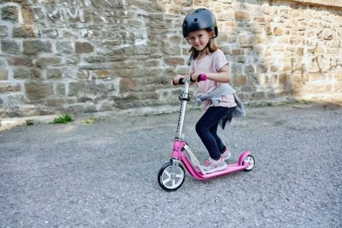 Die 180er Rollen des Little BigWheel von Hudora sorgen nicht nur für hohe Laufruhe, sondern auch für Tempo bei den kleinen Scooter-Fans.