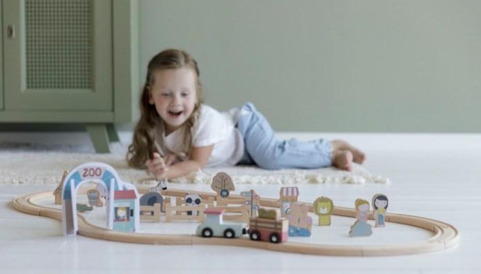 Little Dutch bezaubert bei seinem Holzeisenbahnenprogramm durch pastellige Farben
