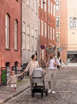 Gearbeitet wird bei Naturkind nach den hohen Öko-Standards. Das Unternehmen ist als einziger Kinderwagenhersteller GOTS-zertifiziert, setzt auf Biobaum- und -schurwolle, Kokoslatex, Kork, regionales Holz und maiskerngegerbte Naturfelle. Ab 749 Euro
