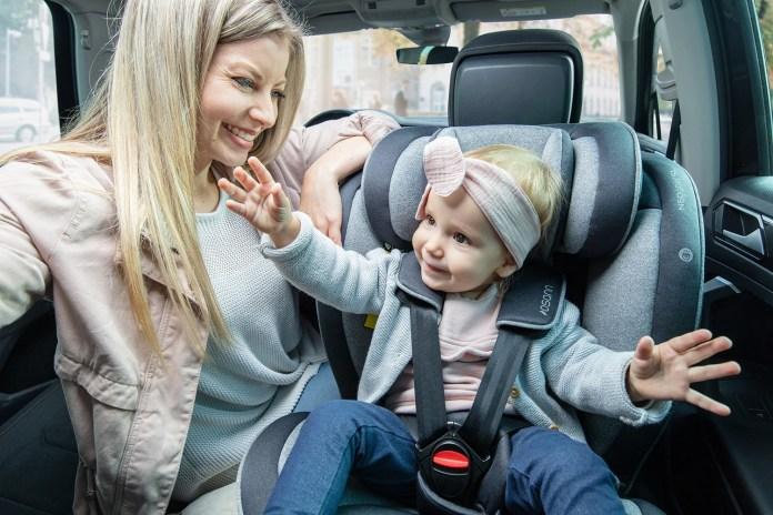 """Der im April 2021 lancierte Kinderautositz """"Neo 360 SL"""" von Osann bietet viel Komfort und verfügt über einen Standfuß als zusätzlichen Sicherungspunkt."""