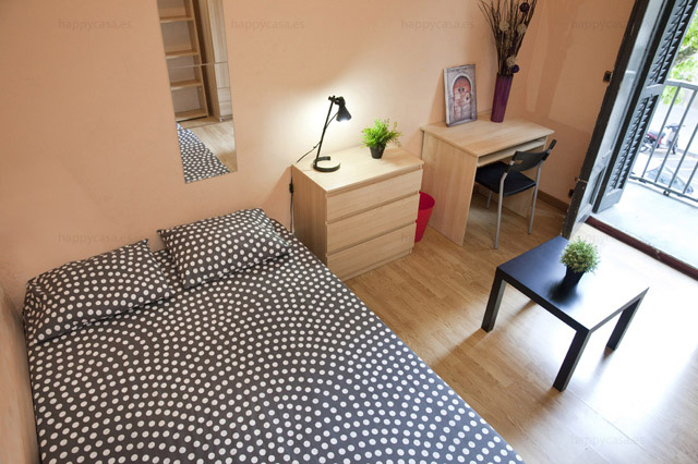 Big double room for rent Barcelona with flatmates