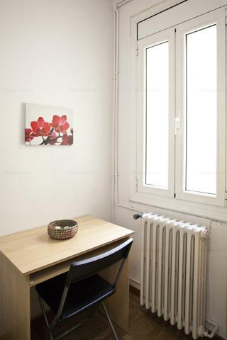 Dormitorio grande con escritorio centro Barcelona L2