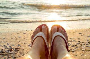 Kenkoh-massage-sandals-on-beach