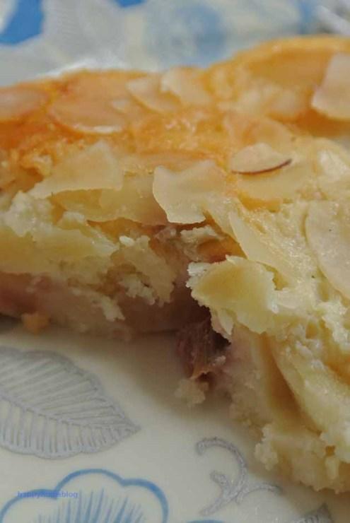 Rhabarber Apfel Blechkuchen mit Dinkelmehl, Buttermilch und Mandeln von happyhomeblog