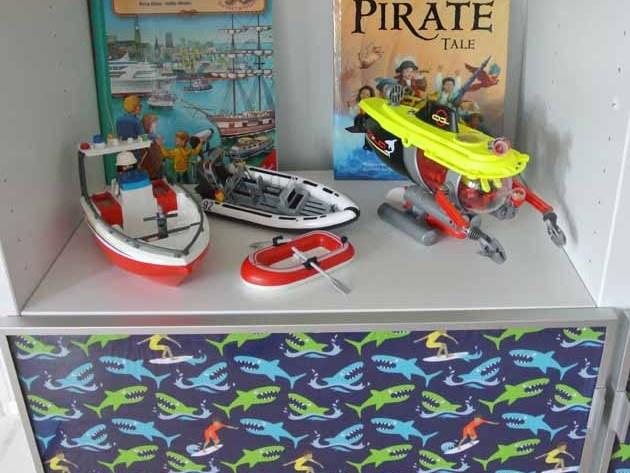Hamburger Liebe Catch a Wave für IKEA Besta Vitrine Regal für coole Jungs Vitrinentüren mit Hai und Surfer Stoff happyhomeblog