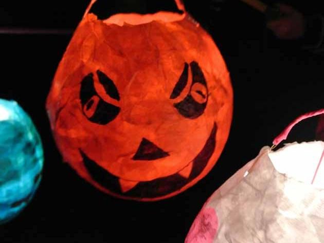 Laterne leuchtet im Dunkeln Halloween Kürbis Windlicht selbstgemacht happyhomeblog