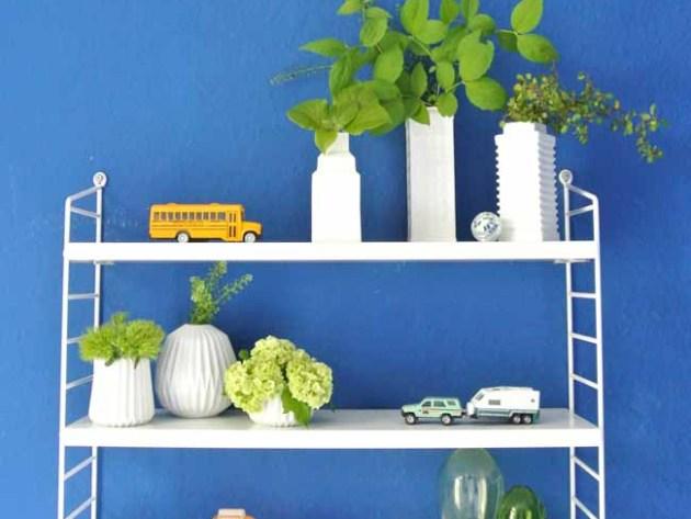 String Pocket in weiss Auslosung des Gewinners Das Regal wurde dekoriert mit Vasen von Ferm Living designtorget und Blume2000