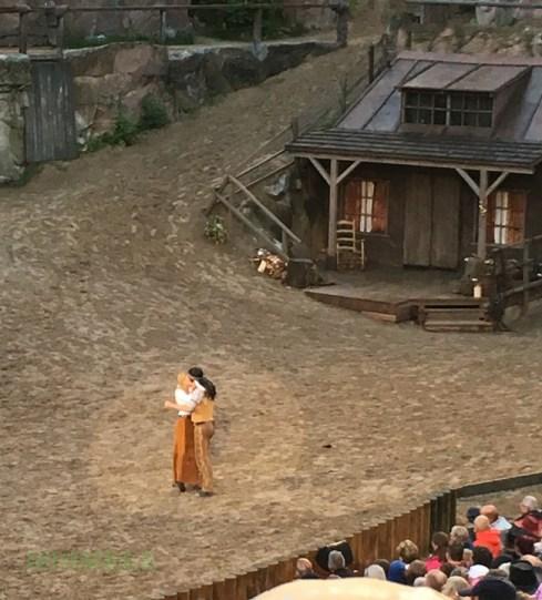 Kleiner Bär gespielt von Philip Schwarz und Ellen Petterson gespielt von Susan Sideropoulos . Natürlich ein Happy End bei Karl Mays Schatz im Silbersee