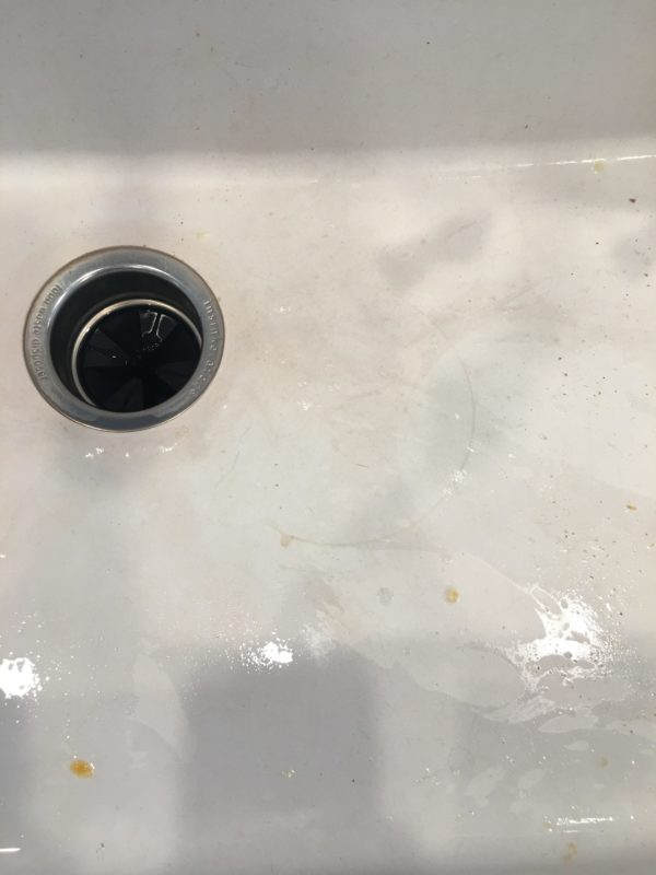Awesome tutorial on how to clean a white kitchen sink