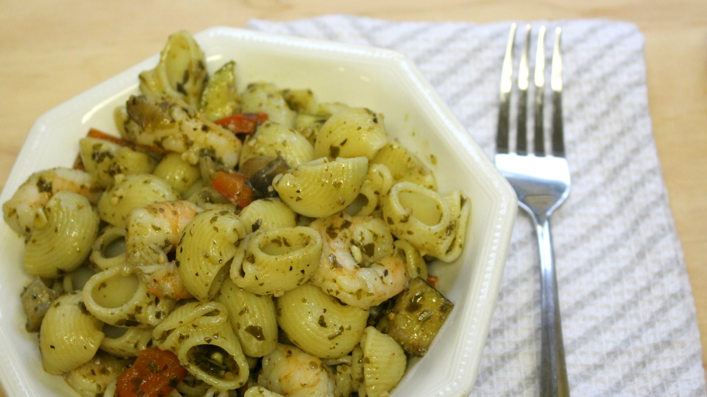 Easy weeknight dinner: prawn pesto pasta.