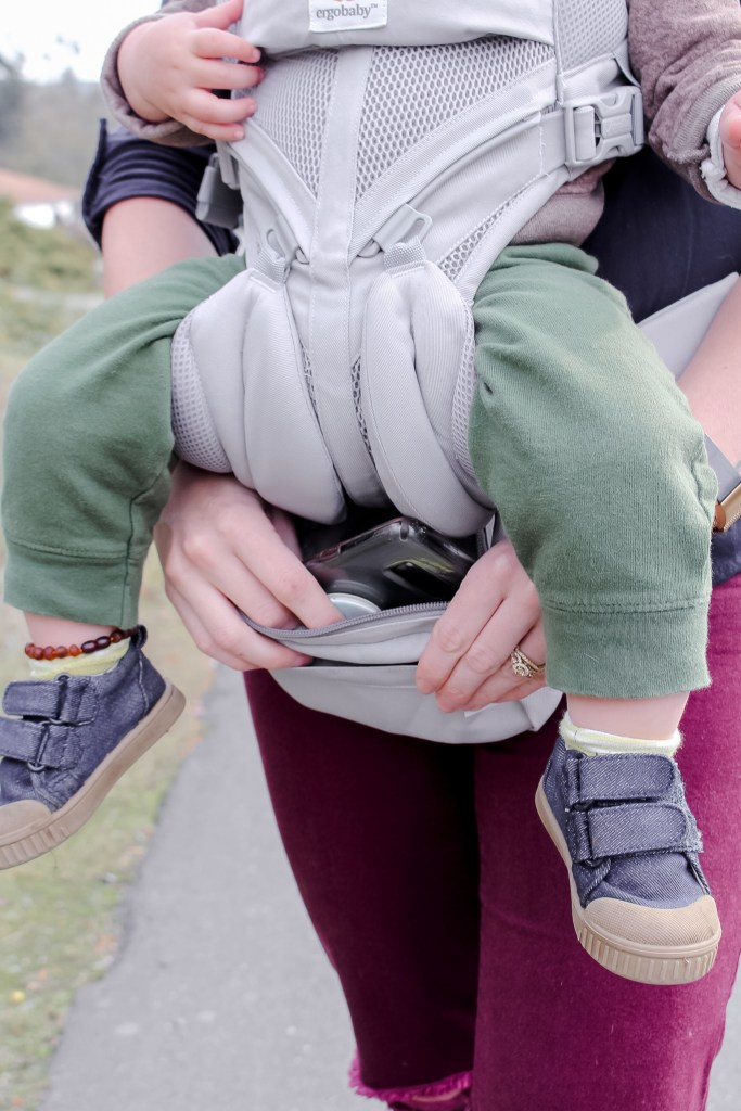See the full features of the best baby carrier with this full ergo omni 360 review. Some features include sturdy buckles, fanny pack, 4 carry positions, and it's machine washable! #BabyWearing #BabyCarrier #Ergo #StructuredCarrier