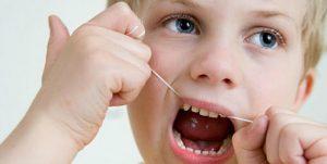 孩童使用兒童牙線