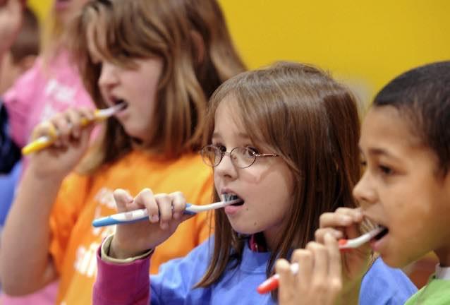 學校教導刷牙