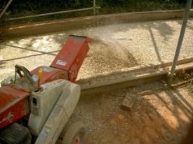 藁を土に混ぜてます
