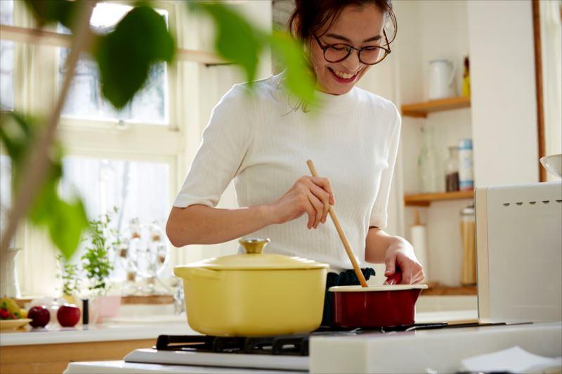 食生活を改善する女性