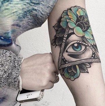 Misticos y simbolicos tatuajes de ojos en el brazo
