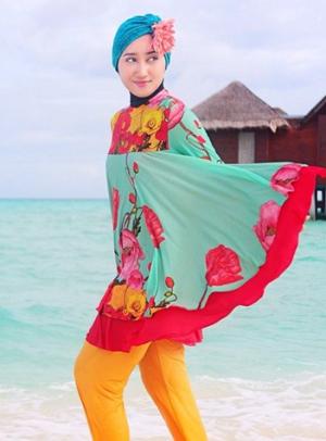 Model Baju Pantai Wanita Muslim dengan Blus dan Legging