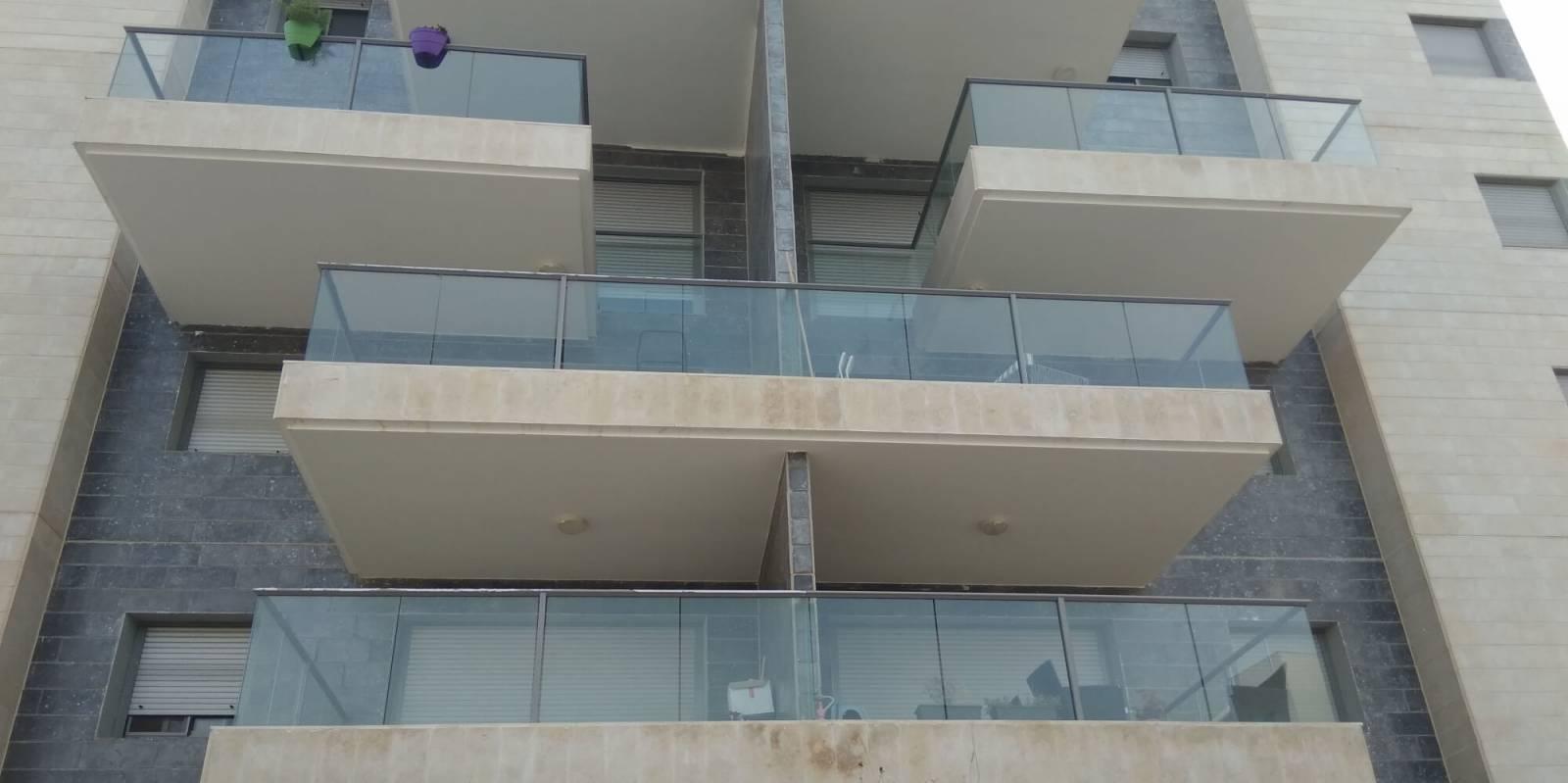 מרפסות בבניין בחריש
