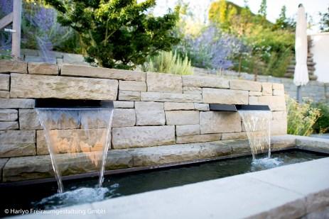 Terrassengarten mit Naturstein-Brunnen mit Doppelspeiher