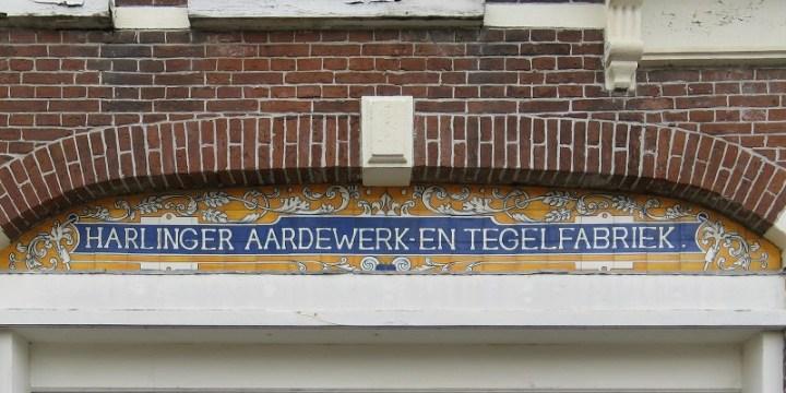 Harlinger Belang steunt Stichting Fries Blauw en het Harlinger aardewerk