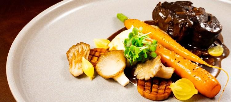 Hertensukade met aardappel, paddenstoelen en wortel