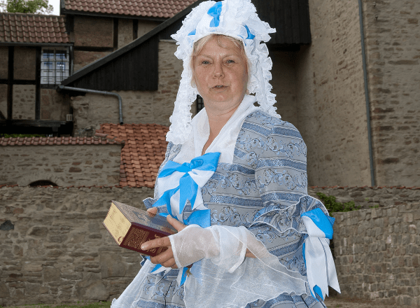 Klosterführerin Renate Eitz im Gewand der Äbtissin Christiane Eleonore Gräfin zu Stolberg Werni-gerode ©Ev. Zentrum Kloster Drübeck