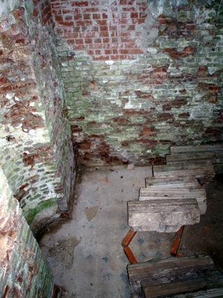 Bild: Das Mausoleum der Familie von Knigge unterhalb der Burgruine Arnstein.