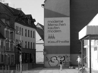 Bild: Die alte Kaufhalle am Schlossplatz in Eisleben. An dieser Stelle stand das einstige Schloss von Eisleben. Der Bergfried des Schlosses wurde 1969 für den Bau dieser Kaufhalle abgerissen. Diese Kaufhalle gibt es auch nicht mehr. Sie musste einem Lebensmitteldiscounter weichen. Aufnahmen aus dem März 2006.