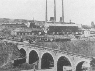 Bild: Die Krughütte (später: Karl-Liebknecht-Hütte) bei Eisleben. Historische Aufnahme unbekannten Alters, vermutlich 1930er Jahre. Dieses Bild ist gemeinfrei, weil seine urheberrechtliche Schutzfrist abgelaufen ist.