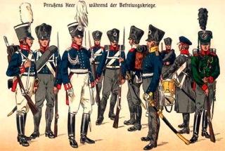 """Bild: Preußisches Heer 1813. Ausschnitt aus dem Buch: """"Die preußische Armee von den ältesten Zeiten bis zur Gegenwart (1883)"""" von Richard Knötel. Von links: Garde zu Fuß (1. Regiment), Garde zu Fuß (2. Regiment), Garde zu Fuß (Offizier), Musketier (Westpreußisches Regiment), Grenadier (Ostpreußisches Regiment), Füsilier (Pommersches Regiment), Infanterie-Offizier (Schlesisches Regiment), Pionier, Tambour (Märkisches Regiment), Jäger. Dieses Bild ist gemeinfrei, weil seine urheberrechtliche Schutzfrist abgelaufen ist."""