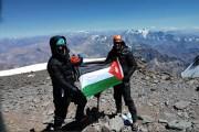 أردنيان يرفعان العلم الأردني على ثاني أعلى قمة بالعالم- صور
