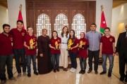 الملكة تلتقي فريق روبوستارز الفائز في المسابقة العالمية للروبوتات