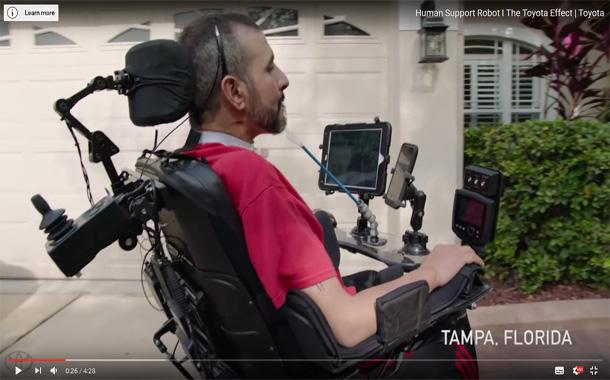 شاهد.. أول روبوت لمساعدة المسنين وذوي الاحتياجات الخاصة