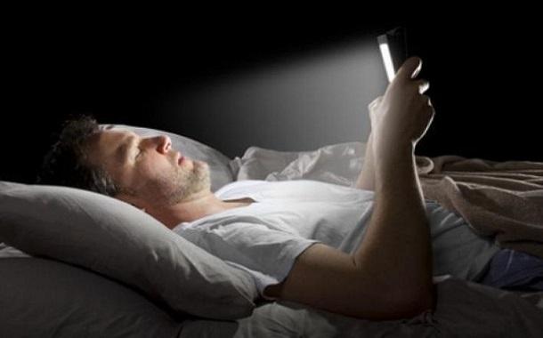 هذا ما يحدث لك عندما يرافقك هاتفك الذكي إلى السرير!