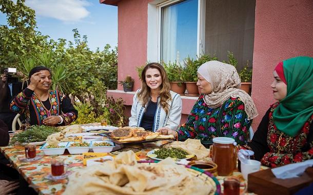 الملكة رانيا تزور البيوضة وتلتقي عددا من أهالي العارضة