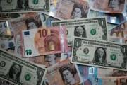 الدولار ينهي أسوأ عام له منذ 2003
