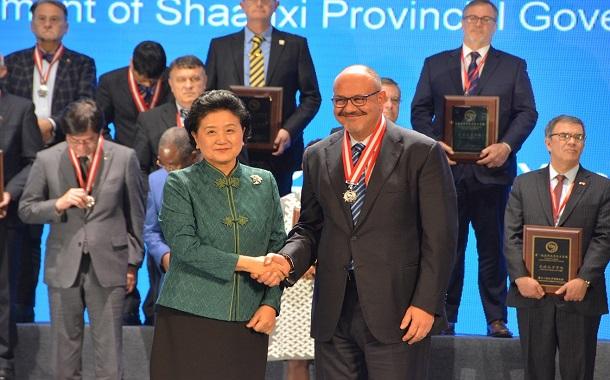 منح أبوغزاله جائزة التميز كأفضل رئيس لمعاهد كونفوشيوس في العالم